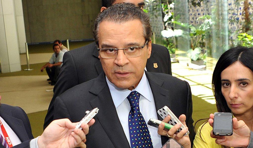 """Segundo o presidente da Câmara, o grupo que conta com o PMDB, PP, PSC, PDT, PTB, PR, Pros e o oposicionista Solidariedade busca fortalecer as legendas e é uma reação à dificuldade de votar propostas pelo fato de a pauta estar trancada;""""Esse movimento que os líderes estão querendo fazer não é contra a presidente Dilma"""", disse Henrique Eduardo Alves (PMDB-RN)"""