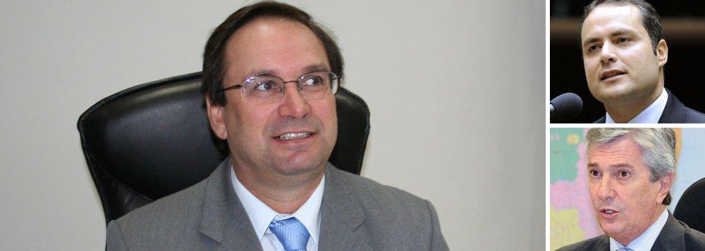 Uma reunião na sede do PMDB, em Maceió, acabou indicando o pré-candidato a vice-governador da Frente de Oposição em Alagoas; 13 partidos escolheram por unanimidade o ex-ministro da Integração Nacional (2002 a 2003) e ex-prefeito de Arapiraca, Luciano Barbosa; o pré-candidato do Frentão ao governo é o deputado federal Renan filho (PMDB); senador Fernando Collor (PTB) disputa à reeleição