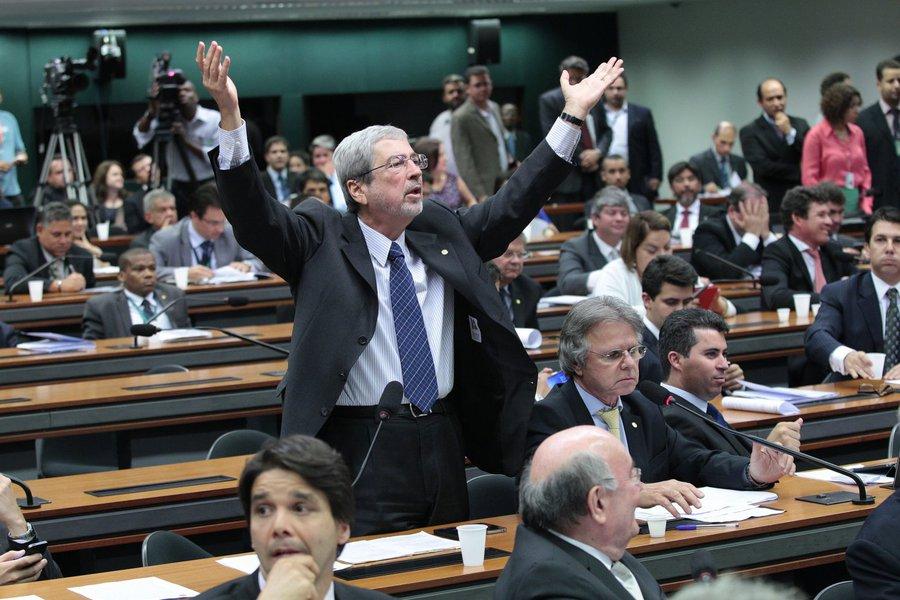 """O líder do PSDB na Câmara, Antonio Imbassahy, anunciou """"completa obstrução"""" em resposta """"às inúmeras irregularidades"""" cometidas, segundo ele, na sessão da Comissão Mista de Orçamento que aprovou parecer do senador Romero Jucá (PMDB-RR) ao projeto que altera o cálculo do superávit primário (PLN 36/14); a oposição já solicitou ao colegiado os áudios e as filmagens da reunião desta terça-feira (18) para tomar providências judiciais"""