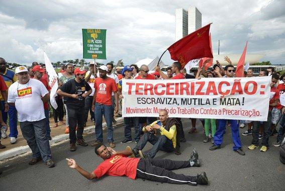 A brutal ofensiva da burguesia contra os direitos dos trabalhadores só poderá ser enfrentada por meio da conjunção da luta política com a social, com ampla mobilização, forte organização e unidade