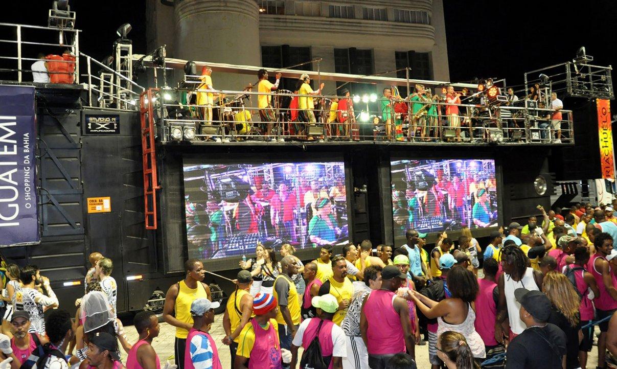 """""""O primeiro dia do Carnaval de Salvador, que começou oficialmente quinta-feira (27), foi considerado tranqüilo"""", diz o governo do estado em nota; de acordo com os dados apresentados na reunião de avaliação do Carnaval na noite de quinta-feira até às 7h desta sexta-feira (28), nenhuma ocorrência grave foi registrada nos três circuitos: Osmar (Campo Grande), Dodô (Barra/Ondina) e Batatinha (Pelourinho); veja balanço parcial"""