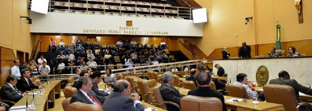 A Procuradoria Regional Eleitoral (PRE), do Ministério Público Federal (MPF) em Sergipe, pediu a cassação de 13 deputados estaduais reeleitos, por terem utilizado irregularmente a verba de subvenção; eles, outros quatro deputados estaduais que não foram reeleitos e a ex-deputada estadual Susana Azevedo (atualmente conselheira do Tribunal de Contas do Estado) são acusados de desviar R$ 12,4 milhões durante o ano de 2014; contra os deputados que não foram reeleitos, o MPF entrou com pedido de inelegibilidade; já contra outros seis deputados foi pedido a aplicação de multa; ao todo, a Procuradoria deu entrada em 25 ações contra 23 deputados; conheça quem são os parlamentares