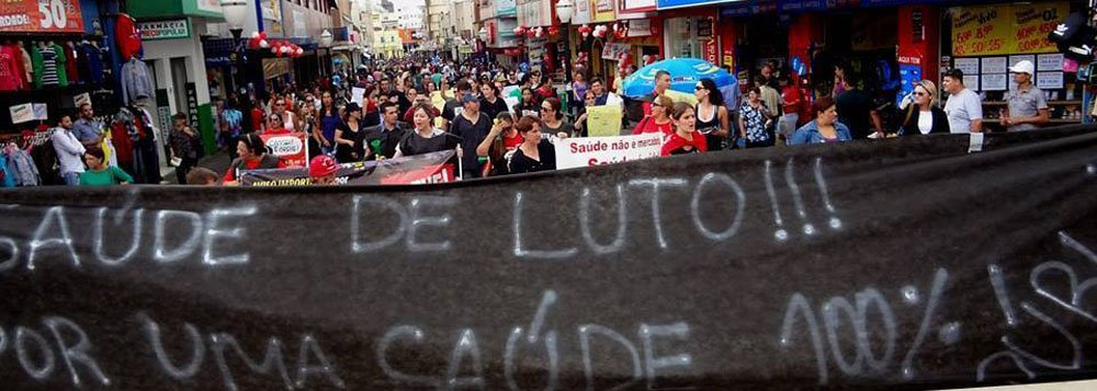 Após 24 dias de paralisação, o Sindicato dos Servidores Estaduais da Saúde (Sindisaúde) do Paraná anunciou o fim da greve; a decisão foi tomada durante uma assembleia da categoria, em Curitiba, após o Tribunal de Justiça do Paraná (TJ-PR) acatar a liminar do governo do estado que exigia o fim da mobilização; mesmo com o fim da manifestação o Sindisaúde declarou que no próximo dia 28 os servidores realizarão nova manifestação em Curitiba