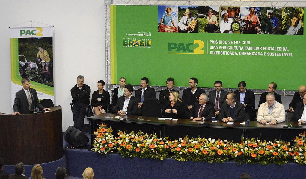 Governo federal, representado pelo vice-presidente Michel Temer (PMDB) entrega equipamentos a 122 municípios do Paraná; população rural beneficiada será de pouco mais de 1,245 milhão de pessoas; solenidade contou com o ministro do Desenvolvimento Agrário, Miguel Rosseto, e a senadora Gleisi Hoffmann