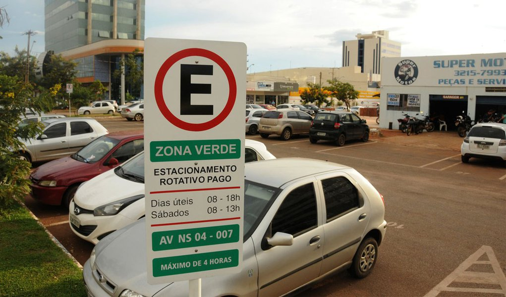 Entrou em vigor nesta quarta-feira, 1º, a operacionalização da Zona Verde no sistema de estacionamento rotativo no centro de Palmas; com permanência poderá ser de até quatro horas, a Zona Verde funcionará nos bolsões de estacionamento ao longo das Avenidas NS-02, NS-04, LO-01 e LO-02; valores cobrados para automóveis, camionetes, pick-up, caminhões e triciclos serão de R$ 1,00 para cada permanência de 30 minutos na vaga; R$ 2,00 para permanência na vaga de 30 até 60 minutos; para orientar os motoristas, foram instalados na entrada de todos os bolsões de estacionamento placas identificando o tipo de área que o condutor está adentrando, se é Zona Azul ou Verde