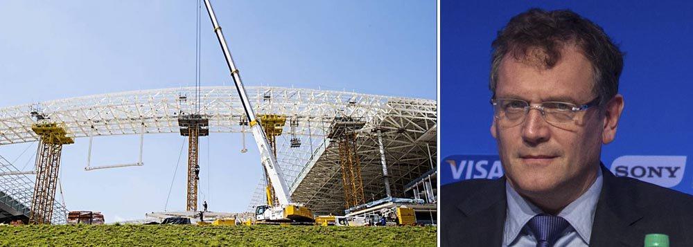 Secretário-geral da Fifa, Jerome Valcke, afirmou que o palco do jogo de abertura da Copa do Mundo deste ano entre Brasil e Croácia, ficará pronto no dia 15 de maio, um mês a mais do que o último prazo divulgado; Odebrecht negou e manteve a data de 15 de abril para entrega da arena