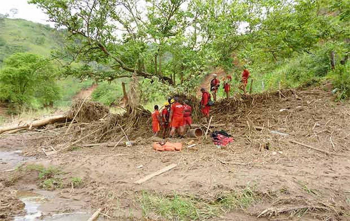 Foi localizado em Virgolândia, pelo Corpo de Bombeiros (na foto), o corpo de Elias Rodrigo Gandes de Souza, 31 anos, que estava desaparecido desde a noite de quinta-feira (26) após o município ser atingido por temporais e enxurradas;chuvas já deixaram 150 feridos, 9.205 desalojados, 3.015 desabrigados, além de 7.729 casas danificadas e 253 destruídas; 101 municípios foram afetados, dos quais 59 decretaram situação de emergência