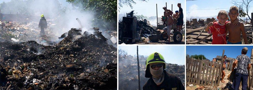 Fogo que começou no início da noite de segunda-feira devastou galpões de reciclagem e algumas pequenas casas do local; ninguém ficou ferido; quatro bombeiros passaram mal ao inalarem fumaça e tiveram de ser levados ao Hospital Cristo Redentor para atendimento