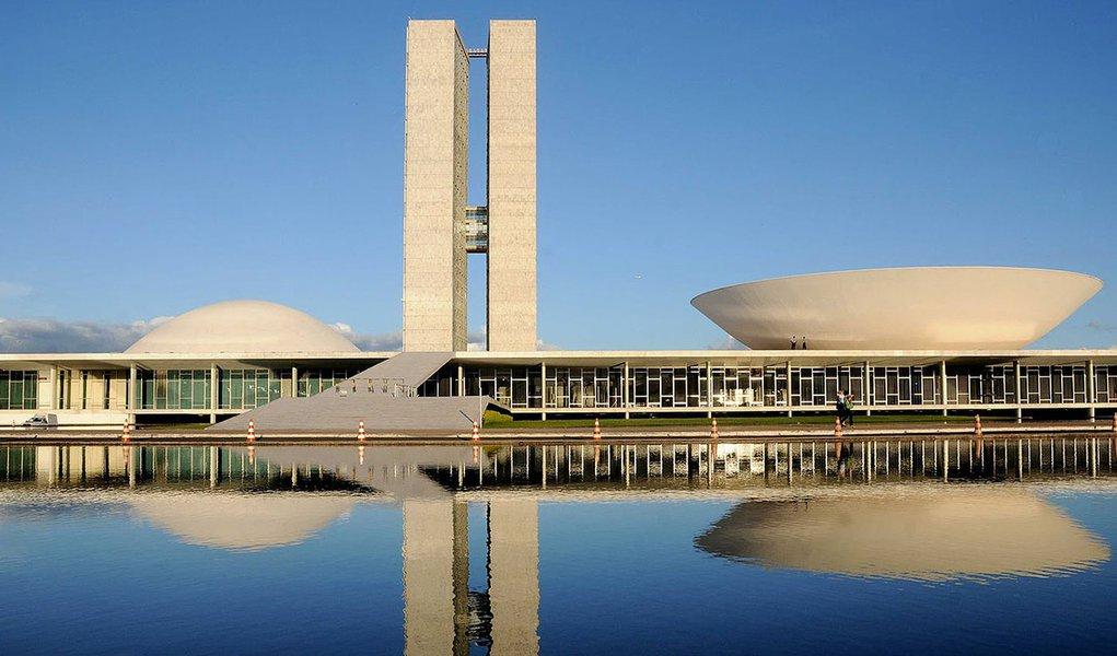 Projeção do Departamento Intersindical de Assessoria Parlamentar (DIAP) aponta que o partido da presidente Dilma Rousseff terá novamente a maior bancada da Câmara nessas eleições, com no mínimo 70 e no máximo 95 deputados; PMDB aparece na sequência, com 48 a 73 representantes; PSDB, de Aécio Neves, que elegeu 53 deputados em 2010, pode no máximo repetir a bancada daquele ano; já o PSB, de Marina Silva, deve ficar com entre 23 e 34 deputados