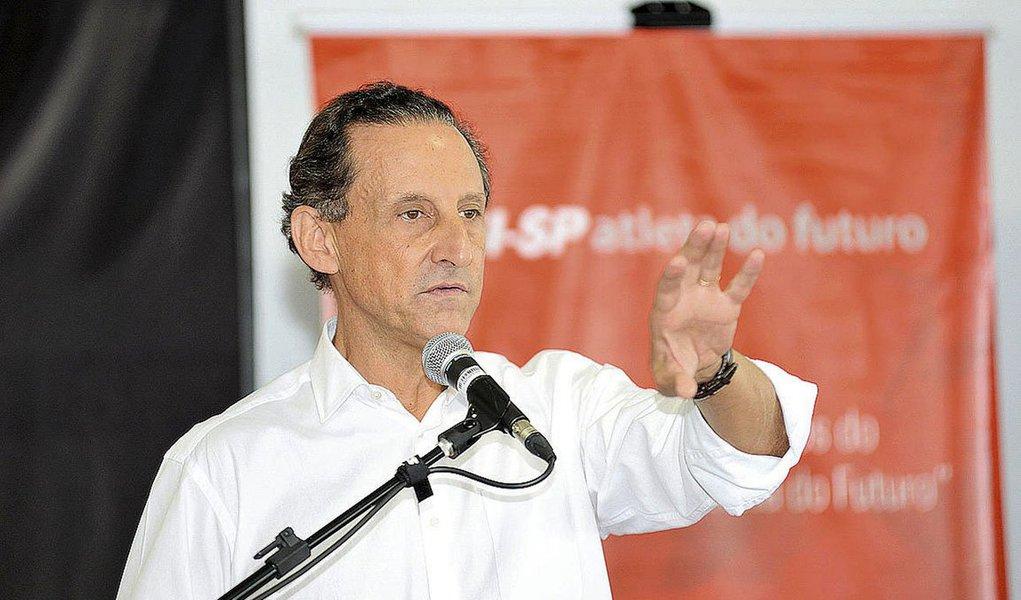 """Pré-candidato do PMDB ao governo de São Paulo, Paulo Skaf rebateu a acusação de que estaria usando indevidamente, com fins eleitorais, a Federação das Indústrias do Estado de São Paulo (Fiesp), instituição que preside: """"É uma acusação de adversários apavorados que estão aí há 20 anos no governo e se apavoram com a renovação e uma visão mais moderna""""; em decisão do dia 8 de abril, o TRE-SP cassou 40 minutos na televisão e 40 no rádio das inserções estaduais referentes à propaganda partidária do PMDB"""