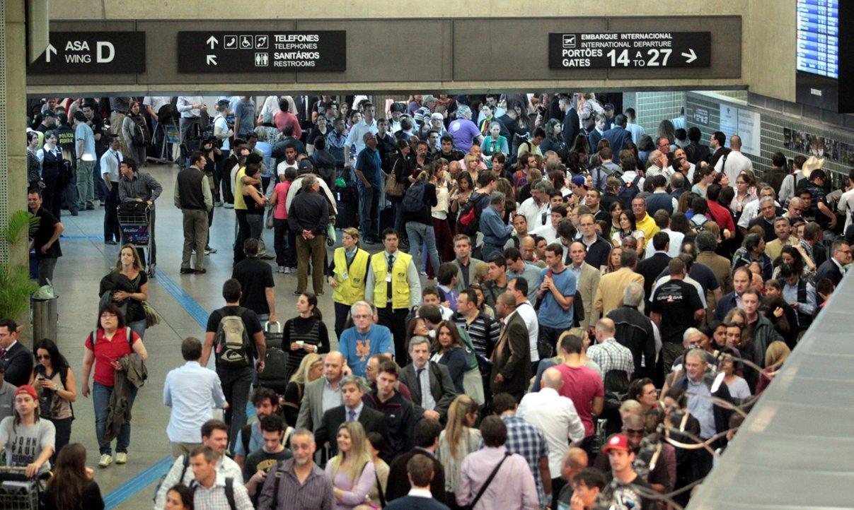 O primeiro dia da Operação Fim de Ano anunciada pela Agência Nacional de Aviação Civil (Anac) para fiscalizar as empresas aéreas e evitar atrasos nos aeroportos, a Infraero registrou, até 17h, 150 voos (9,1 %)atrasados em todos o país, dos 1.642 voos previstos; segundo a Infraero, 46 voos (2,8%) foram cancelados, e 15 estão atrasados;maior número de ocorrências foi registrado no aeroporto de Guarulhos;foram registrados 27 atrasos e um cancelamento (de um total de 169 voos programados) até então