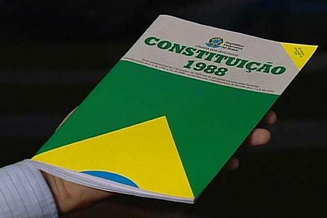 O objetivo escandaloso da PEC 215 é retirar do Poder Executivo uma atribuição que é sua por natureza, dando aos parlamentares, que são legisladores, o poder de interferir nas demarcações de áreas indígenas