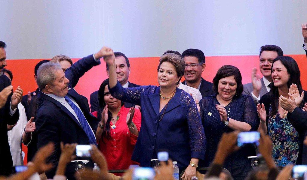 """Em participação no 5º Congresso Nacional do PT, presidente Dilma Rousseff disse que o Brasil superou os limites e impossibilidades do passado; """"Diziam que seria impossível ao governo do PT ter responsabilidade com as contas públicas e com o controle da inflação. Mas nós mostramos que é perfeitamente possível combinar responsabilidade social com responsabilidade fiscal e econômica. Demonstramos, na realidade, que uma não faz sentido sem a outra"""", afirmou; apresidente também citou como conquistas do governo petista o Mais Médicos: """"A população entendeu o significado do programa e que havia uma visão elitista à respeito da chegada de médicos estrangeiros"""""""