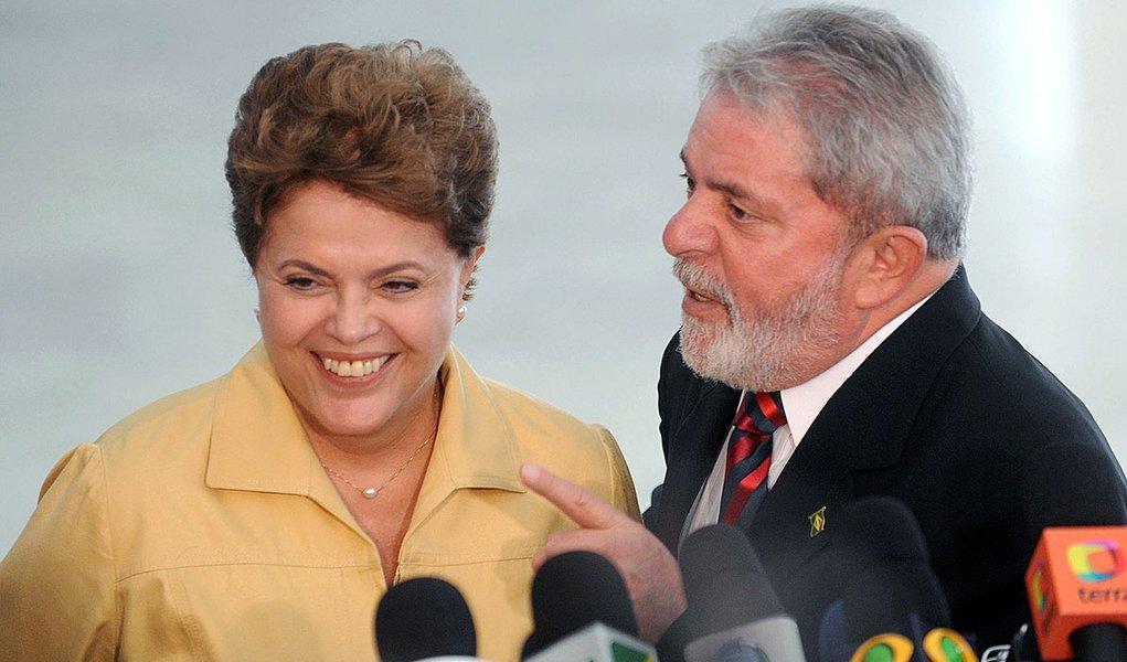 """Num segundo mandato, programa de governo petista sinaliza que Dilma deve fazer a reposição de preços da gasolina e da energia elétrica gradativamente para reequilibrar as contas da Petrobras e da Eletrobras: """"Temos que pensar no mercado, mas também no povo""""; partido acredita que tem condições para transformar Dilma no agente da mudança desejada por dois terços da população, sentimento apontado em pesquisas recentes"""
