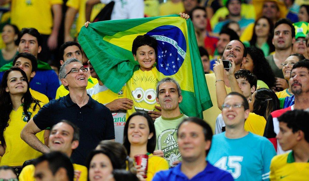 Fifa computou 14.104 solicitações de compra de ingressos para a Copa do Mundo de 2014, uma hora depois do início das vendas pela internet. No total, 81.821 entradas foram pedidas no período. Brasileiros são os responsáveis pelo maior número de pedidos, seguidos dos argentinos