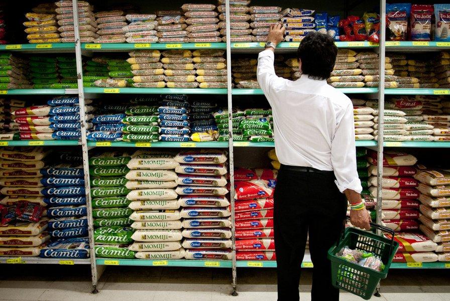 Salvador registrou alta na cesta básica pelo terceiro mês consecutivo; variação em maio foi de 1,14% contra 0,67% de abril; preço médio subiu de R$ 274,38 para R$ 277,52; segundo o Dieese, nova alta reduziu poder de compra do trabalhador soteropolitano que ganha salário mínimo, que comprometeu 41,66% do rendimento líquido com a cesta em maio, percentual maior que o comprometido em abril (41,19%)