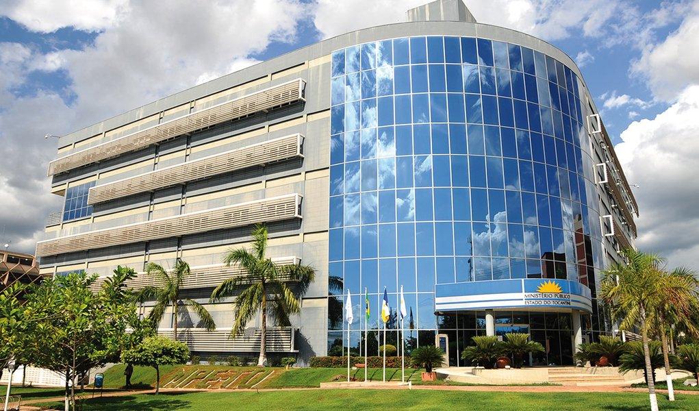 Um grupo de empresas fornecedoras de medicamentos e produtos hospitalares de Goiás foi proibido de participar de licitações e contratar com entes públicos no Tocantins; propiretários daStock Comercial Hospitalar Ltda, Star Odontomédica Ltda, Dental Rezende Ltda, Dose Produtos e Medicamentos Hospitalares Eireli-Epp, Utildrogas Distribuidora de Produtos Farmacêuticos Ltda, Hospfar Indústria e Comércio de Produtos Hospitalares e Pharma Distribuidora foram denunciados pelo Ministério Público Estadual (MPE) por associação criminosa e fraude à licitação