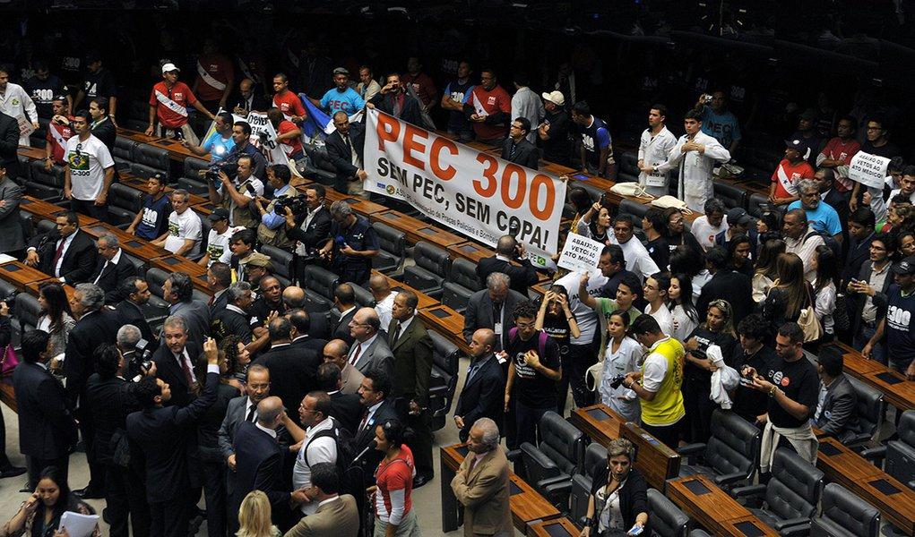 Com gritos de ordem, eles ocuparam por cerca de meia hora as cadeiras reservadas aos deputados e por três vezes interromperam com vaias e gritos a fala do presidente da Casa, Henrique Eduardo Alves (PMDB-RN), que tentava convencê-los a sair; há policiais e bombeiros que querem a votação da PEC 300 e médicos contrários aos vetos da presidente Dilma ao Ato Médico