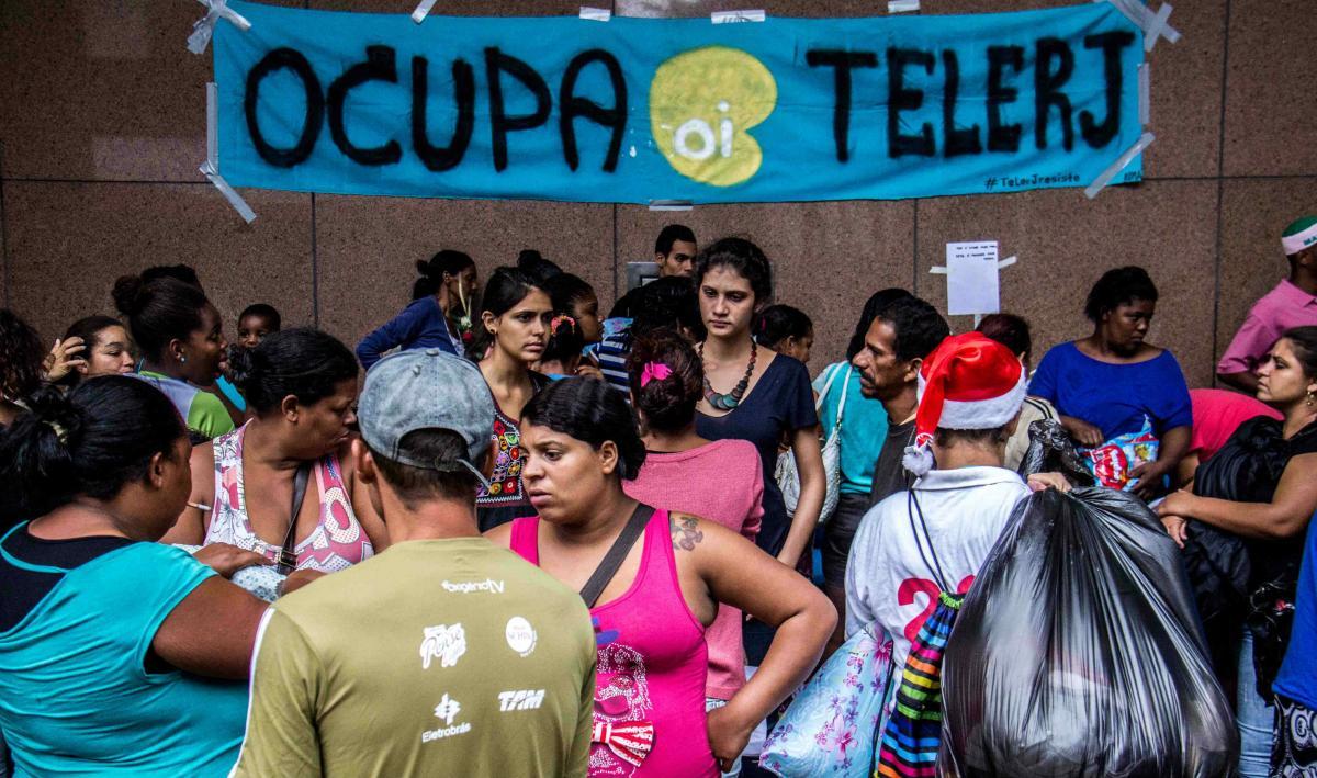 Um grupo de ex-ocupantes do prédio da Oi, no Engenho Novo, que estava acampado na frente da prefeitura do Rio, na Cidade Nova, há uma semana, foi retirado do local durante a madrugada. Agora, o grupo está na área externa da Catedral Metropolitana, no centro