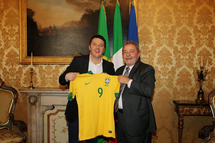 """Em coletiva de imprensa na sede do governo italiano, o primeiro-ministro Matteo Renzi contou que o ex-presidente Lula, com quem almoçou nesta quarta-feira, disse a ele que nunca viu a Europa """"com a cabeça tão baixa"""""""