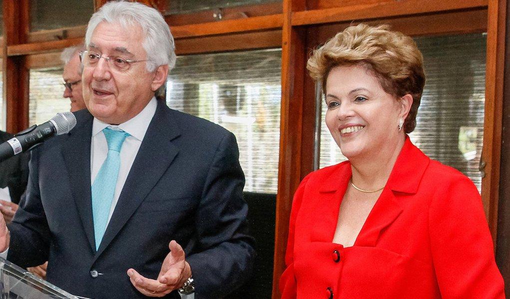 """Ministro-chefe da Secretaria da Micro Empresa, Guilherme Afif Domingos, aposta na acomodação dos ânimos exaltados que deram espaço à crise política no país; ele afirmou não acreditar que os movimentos que pedem a saída da presidenta Dilma Rousseff vão ser bem-sucedidos porque as """"forças estão fracas"""" e que somente ela, institucionalmente eleita, poderá levar o Brasil em condições de fazer uma """"grande mudança"""" em 2018, que na sua opinião, culminará com uma """"profunda renovação"""";""""Este espetáculo deprimente, que é esta briguinha política que está acontecendo. Um puxar o tapete, negando suas próprias convicções, só para ferrar o outro, isso vai passar para a sociedade. Ainda estão achando que o movimento do dia 16 vai consagrar [esse processo]. Não vai acontecer"""", disse"""