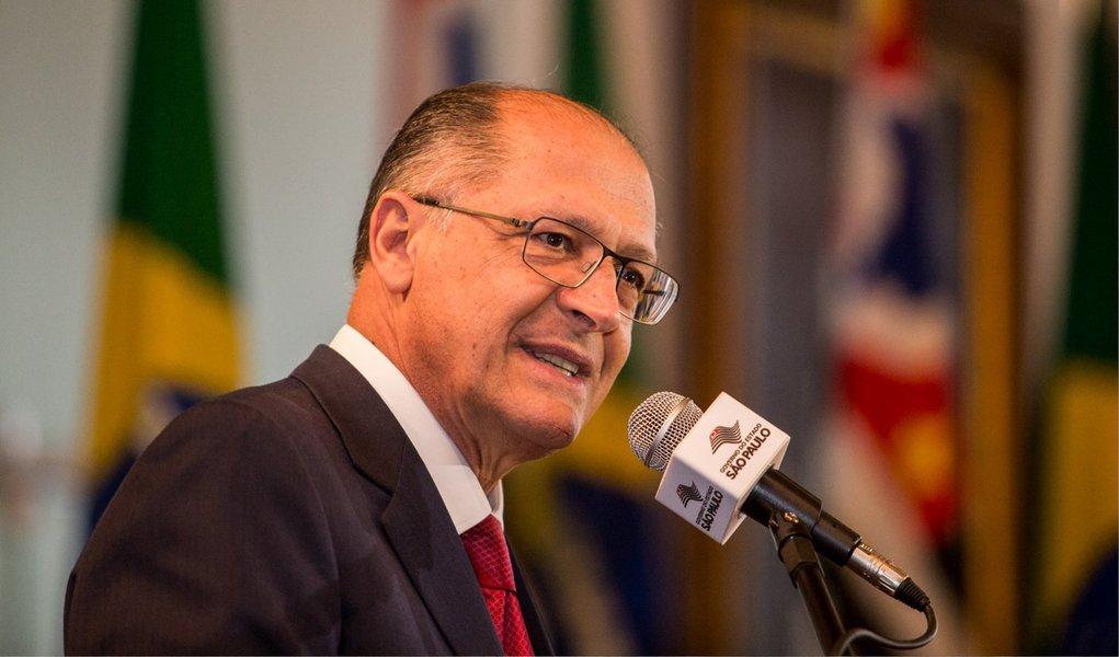 """Governador Geraldo Alckmin (PSDB) classificou nesta quinta-feira, 2, a proposta aprovada pela Câmara que reduz a maioridade penal de 18 para 16 anos para crimes hediondos como """"legítima e necessária"""";""""Não estava tendo uma resposta legal necessária à altura da gravidade dos crimes cometidos por esses menores"""", afirmou; Alckmin defende a mudança no Estatuto da Criança e Adolescente para aumentar a internação máxima de três para oito anos no caso de crimes hediondos e delitos equiparáveis, como o tráfico de drogas; apesar da aprovação, para o tucano, a PEC pode demorar para ser colocada em prática; """"Nesse ponto, a mudança no ECA seria mais rápida e de aplicação imediata. A PEC é mais longa"""", afirmou"""