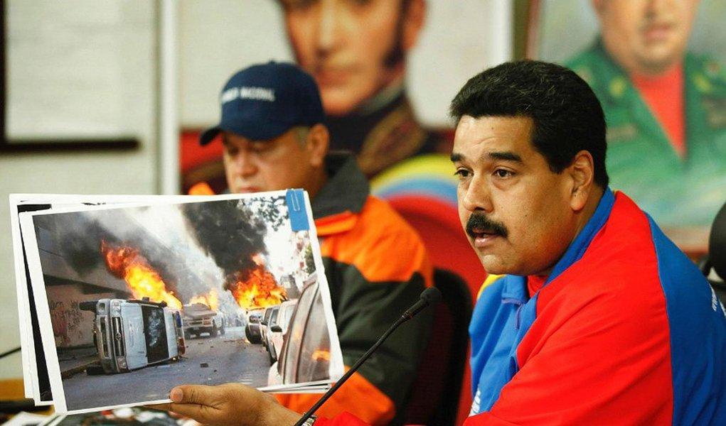 """Escrito pela FTI Consulting, empresa baseada nos Estados Unidos, com duas organizações colombianas em junho de 2013, relatório pede o restabelecimento da democracia na América Latina colocando como alvos os líderes políticos """"pseudo-progressistas"""" da Venezuela; propõe ações, incluindo """"aumentar os problemas com a escassez de produtos da cesta básica"""" e """"encorajar greves de fome longas, mobilizações de massa e atos violentos"""""""