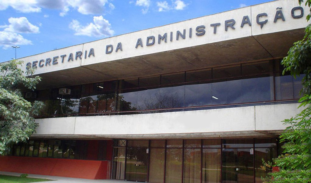 """A Secretaria de Administração do Estado vai investigar se João Gualberto Lima e Welton Freitas, que são diretores do Sisepe em Gurupi e Araguaína, respectivamente, obtiveram frequência em seus locais de trabalho sem terem ido trabalhar, por estarem em viagens a serviço do Sisepe; com presença registrada no trabalho mas viajando a serviço do Sisepe, os dois receberam ao todo R$ 93,5 mil em diárias em 2013, num caso denunciado como """"Farra das Diárias""""pelorepresentante do Movimento pela Moralização e Democraticação do Sisepe (MMDS), Wiston Gomes Dias"""