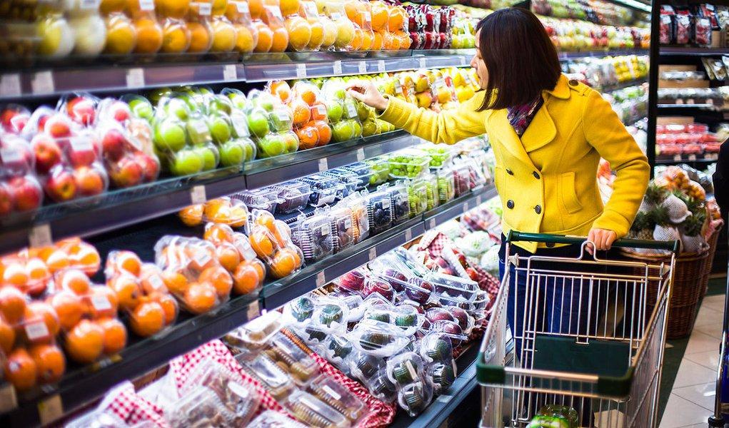 Índice oficial desacelerou beneficiado pelos preços de alimentos e transportes, dando força às expectativas de que o Banco Central não deve voltar a elevar os juros tão cedo num cenário também de atividade fraca;em abril, o IPCA havia registrado alta mensal de 0,67%; indicadorchegou em 12 meses a 6,37%, informou o IBGE