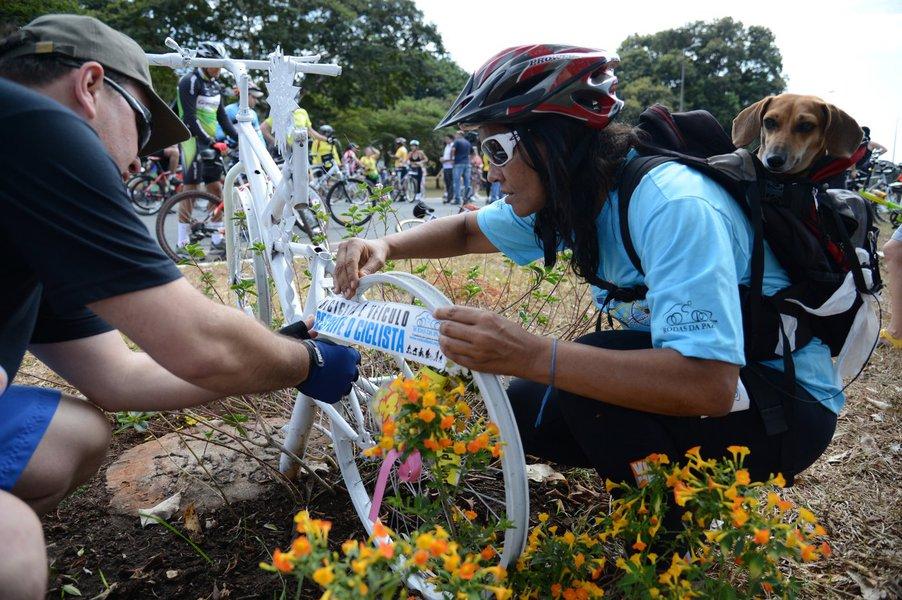 Em 2009, foram 42 ciclistas mortos e, em 2012, foram 31. O diretor de Educação de Trânsito do Detran-DF, Marcelo Granja, acredita a queda no número de mortos se deve a uma maior conscientização dos motoristas em respeitar o ciclista e do próprio ciclista em não andar mais no sentido contrário ao fluxo de veículos, que é mais arriscado