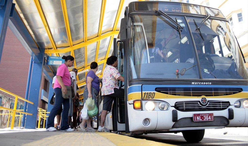 A Associação dos Transportadores de Passageiros (AT) confirmou que os consórcios STS, Unibus e Conorto, atuantes no transporte público de Porto Alegre, estão fora da licitação do sistema; de acordo com o gerente-executivo da associação, Luiz Mário Magalhães Sá, faltam dados no edital que permitam a formulação de uma proposta no processo licitatório; a entidade afirma, também, que o edital é inviável economicamente; secretaria de Mobilidade contesta