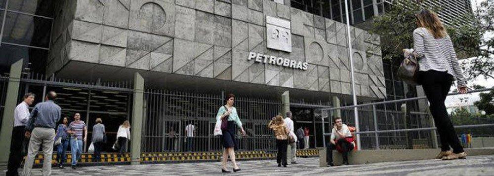 Conselho de Administração da Petrobras autorizou a companhia a captar até US$ 19,1 bilhões em recursos ao longo de 2015; comunicado divulgado nesta quinta-feira, 5, revelou a uma decisão do colegiado tomada em reunião na última sexta-feira, 27; uma fonte com conhecimento direto do assunto já havia dito à Reuters na quarta-feira que a diretoria havia recebido a autorização para as captações, mas que a forma e um cronograma para a contratação das dívidas ainda não estão definidos