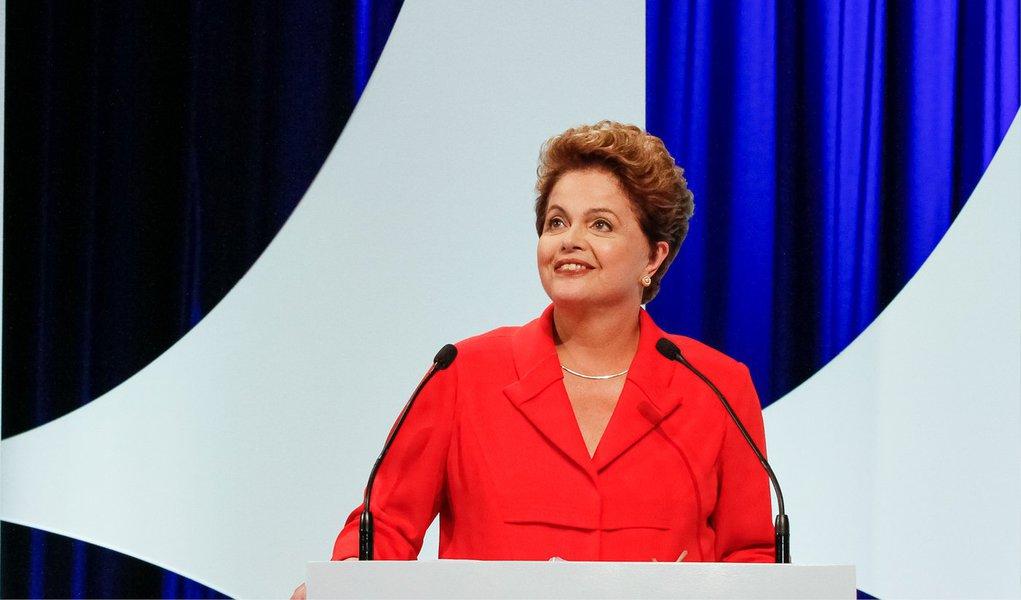 """Candidata à reeleição, Dilma Rousseff (PT), deu uma declaração defendendo a criminalização da homofobia no Brasil; """"Sou contra qualquer forma de violência contra pessoas. No caso especifico da homofobia, eu acho que é um ofensa ao Brasil. Então, fico triste de ver que temos grandes índices atingindo essa população. Acho que a gente tem que criminalizar a homofobia, que não é algo com o que a gente pode conviver"""", disse"""