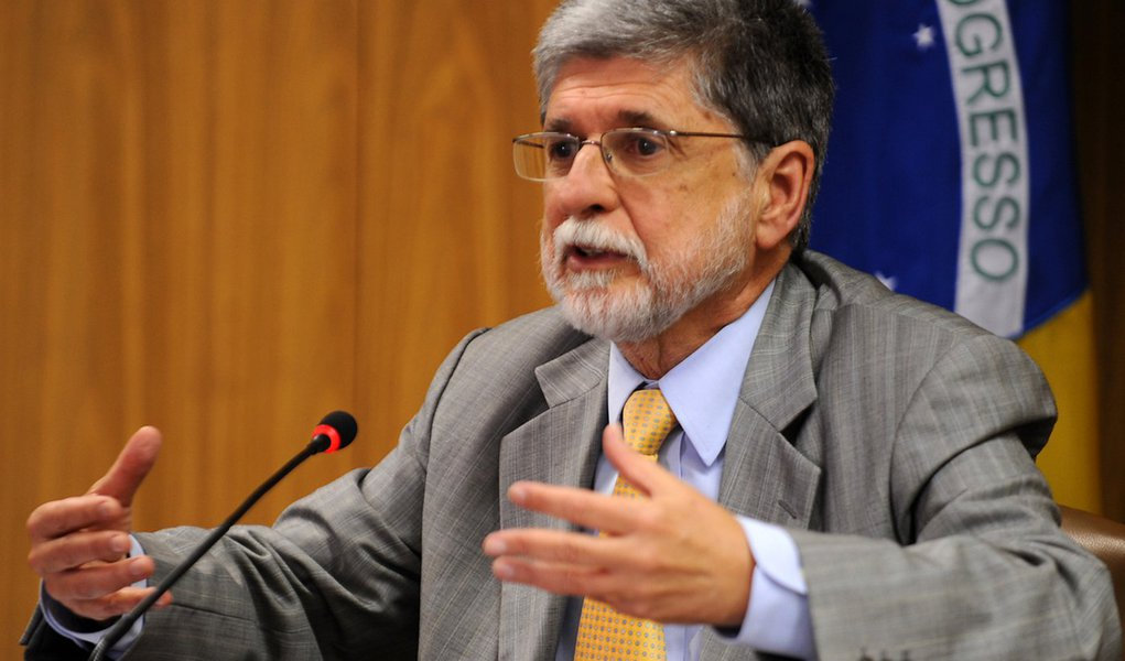 """Ex-ministro da Defesa no governo Dilma Rousseff e ex-ministro das Relações Exteriores nos governos Itamar e Lula, Celso Amorim alerta o que é preciso olhar para o país e deixar o processo democrático funcionar, sem lançar mão de situações ilegais ou inconstitucionais, pois isto """"nunca foi bom""""; fazendo referência à imagem do ódio ao piloto tão grande que faz com que prefiram que o avião caia em vez de encaminhar a situação para o caminho certo, ele ressaltou a importância do bom senso e da negociação: """"Democracia é isso, negociação, conversar mesmo com quem a gente não simpatiza"""""""