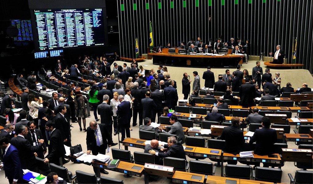 """A Câmara concluiu a votação do projeto de lei do Executivo que muda as regras da desoneração de 56 setores da economia; poucas alterações foram feitas nas votações das emendas e destaques que pretendiam modificar o texto apresentado pelo relator, deputado Leonardo Picciani (PMDB-RJ), e aprovado na madrugada de hoje; projeto será agora encaminhado à apreciação do Senado; segundo o líder do governo, deputado José Guimarães (PT-CE), a aprovação do projeto foi uma """"vitória extraordinária"""""""