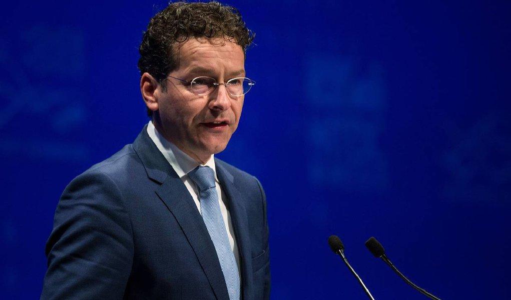 Após seis horas reunidos, os 19 ministros das Finanças do Eurogrupo decidiram nesta sexta-feira 14 conceder 86 bilhões de euros para recuperar a economia grega e impedir que o país saia da zona do Euro; é o terceiro pacote de ajuda em cinco anos;a disposição do fundo monetário em participar do acordo, que ainda não estava clara, foi confirmada pelo presidente do Eurogrupo, Jeroen Dijsselbloem, e deve acontecer em outubro