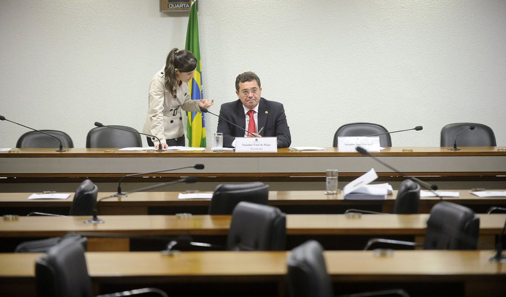 """Pela quinta vez consecutiva, a CPI do Senado que investiga denúncias contra a Petrobras cancelou reunião agendada para votação de requerimentos; apenas três membros registraram presença e a audiência foi cancelada por falta de quórum; """"Lamentavelmente, a CPI do Senado, por falta de quórum regimental mínimo, não anda nos mesmos passos da CPMI do Congresso. Não caminha devido ao [fato de] seu quórum[ter sido] esvaziado pela oposição"""", reclamou o presidente do colegiado, senador Vital do Rêgo (PMDB)"""