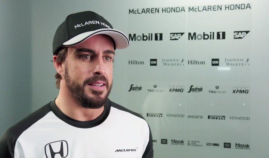 """De acordo com o jornal espanhol El País, Alonso teria dito aos médicos que testavam sua memória quando recuperou a consciência: """"Meu nome é Fernando, eu corro de kart. Quero ser um piloto de Fórmula 1."""";Alonso, que passou três noites hospitalizado após o acidente em Barcelona, aparentemente fez uma brincadeira nesta sexta em alusão às reportagens sobre sua amnésia"""