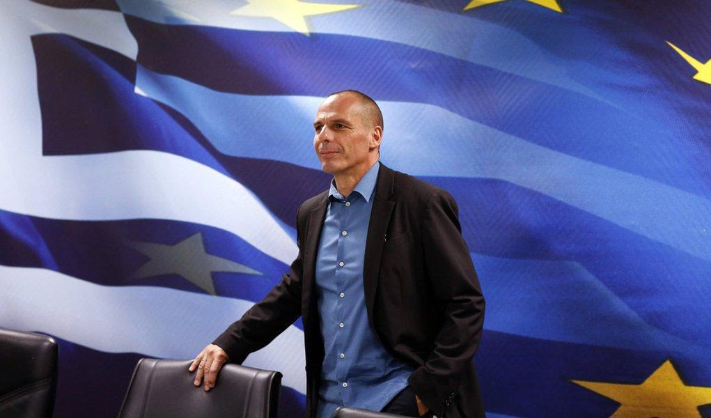"""O ministro da Fazenda grego, Yanis Varoufakis, confirmou nesta terça-feira 30 que a Grécia não vai reembolsar o empréstimo de cerca de 1,6 bilhão de euros ao Fundo Monetário Internacional; questionado por jornalistas se o país faria o pagamento, ele respondeu: """"Não"""", antes de entrar no ministério"""