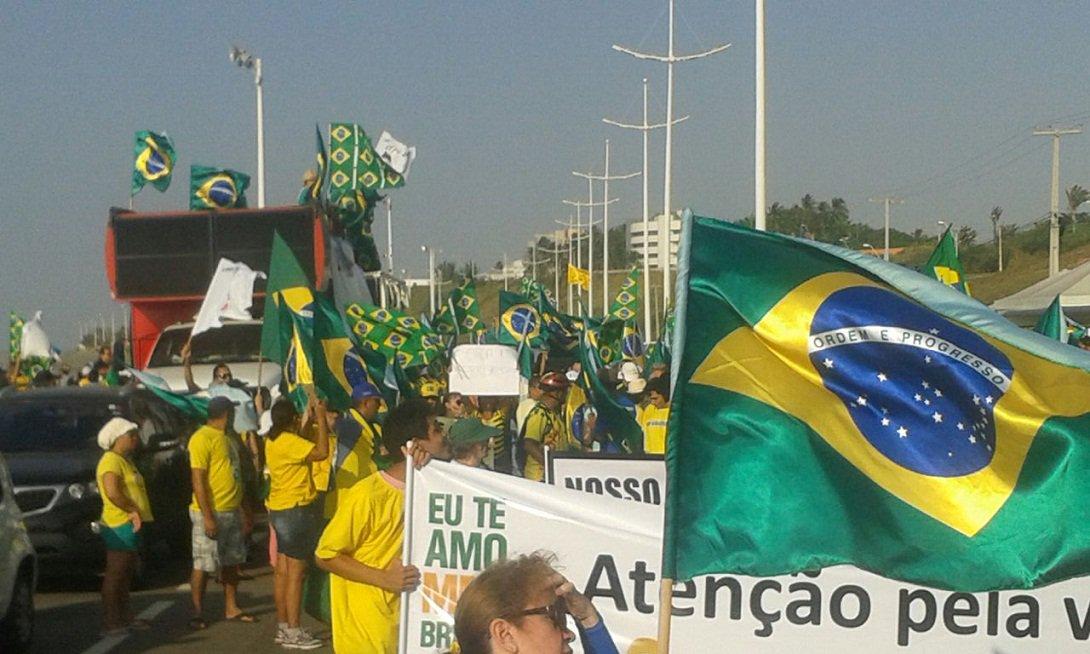 """Protesto contra a corrupção e o governo Dilma Rousseff, na Avenida Litorânea, em São Luís, teve baixa adesão e o público ficou bem abaixo do número esperado pelos organizadores; ato foi convocado pelos movimentos """"Eu Te Amo, Meu Brasil"""" e """"Vem Pra Rua""""; segundo a Polícia Militar, cerca de 2,5 mil pessoas participaram do protesto; pela contagem dos organizadores foram 7 mil pessoas"""