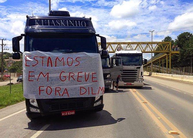 """Resta saber se os que se dizem caminhoneiros, militantes do """"Fora Dilma"""", têm RNTRC – Registro Nacional do Transporte Rodoviário de Cargas. Em outros palavras, se são caminhoneiros mesmo…"""