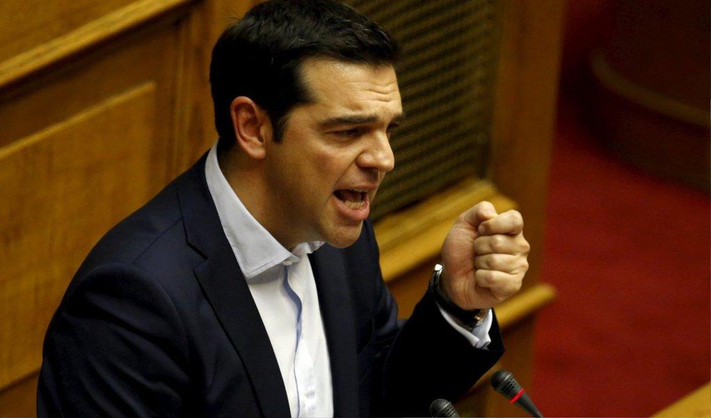 O primeiro-ministro grego, Alexis Tsipras, anunciou que os bancos gregos estarão fechados na segunda-feira (29); ele assegurou que estão garantidas as poupanças, salários e pensões dos cidadãos; a medida foi tomada após uma corrida dos gregos aos bancos para retirar dinheiro diante da incerteza da situação financeira do País; na maioria das caixas multibanco do centro de Atenas neste domingo (28) não havia mais dinheiro disponível, enquanto as filas cresciam