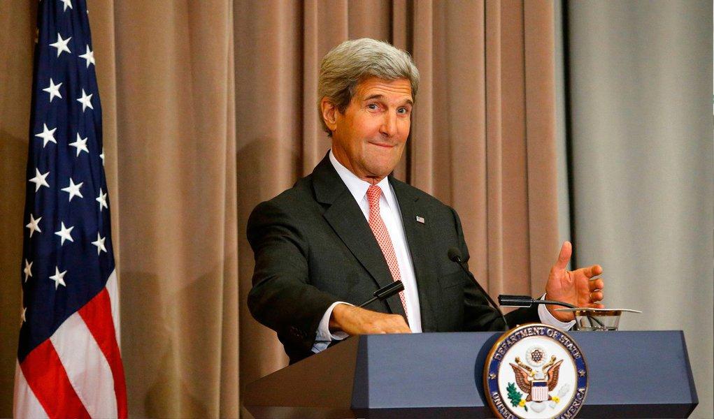 """""""Nós precisamos atacá-los de forma que os impeça de conquistar território, reforçar as forças de segurança iraquianas e outros países da região que estão preparados para enfrentá-los, sem comprometer nossas próprias tropas"""", disse o secretário de Estado dos EUA, John Kerry, durante um encontro de dez países"""