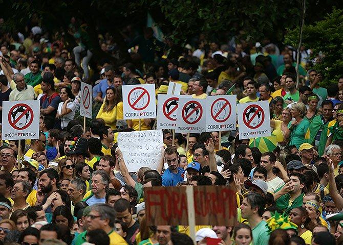 Resta saber de que lado estão partidos políticos como o PSDB e PPS, que participam legalmente do jogo democrático, mas que neste momento jogam água no moinho dos extremistas