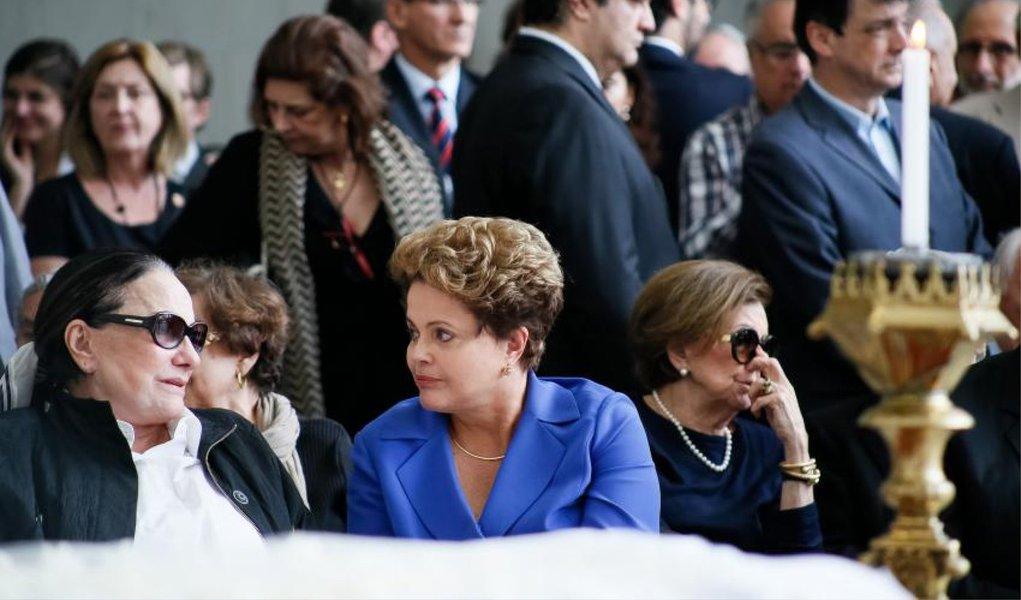 """Presidente compareceu nesta tarde ao velório do advogado e ex-ministro da Justiça Márcio Thomaz Bastos, falecido hoje de manhã; Dilma não falou com jornalistas e permaneceu por cerca de uma hora junto com os parentes dele na Assembleia Legislativa de São Paulo, onde o corpo é velado;""""O Brasil perdeu um grande homem"""", disse o ministro da Justiça, José Eduardo Cardozo, em nome do governo"""