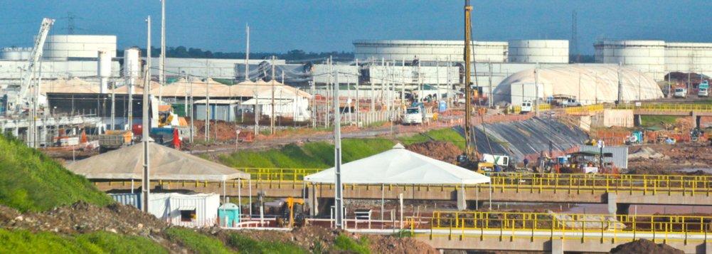 A Petrobras realizou a primeira venda de diesel da Refinaria Abreu e Lima, para a Petrobras Distribuidora; foram vendidos 1,6 mil metros cúbicos do volume disponibilizado para o mercado local, que é de 13 mil metros cúbicos; o diesel comercializado é o S-500, com teor de enxofre de 500 partes por milhão; orçado em US$ 18 bilhões, o empreendimento localizado no Grande Recife entrou em operação no mês passado e, quando estiver totalmente concluído, no primeiro semestre de 2015, produzirá 230 mil barris de petróleo por dia