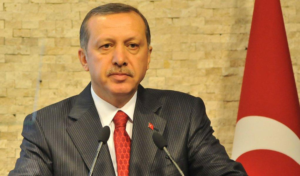 """A Turquia está se encaminhando rapidamente para uma nova eleição e somente uma solução envolvendo a """"vontade do povo"""" pode quebrar o impasse político depois de o partido governista AK não ter conseguido formar um novo governo, segundo o presidente turco, Tayyip Erdogan; """"Devido ao fracasso para formar um governo, nós temos que buscar uma solução com a vontade do povo"""", disse Erdogan"""