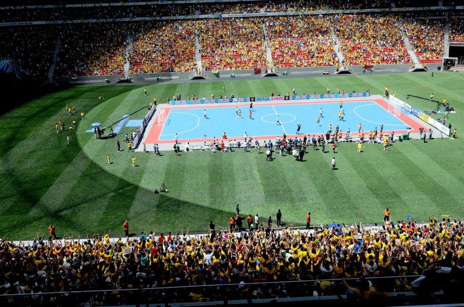 Primeiro jogo de futsal realizado em um estádio de futebol quebrou o recorde mundial de público e terminou com vitória por 4 x 1 sobre a Argentina; com 55 mil expectadores, evento entrou para o Guinness Book
