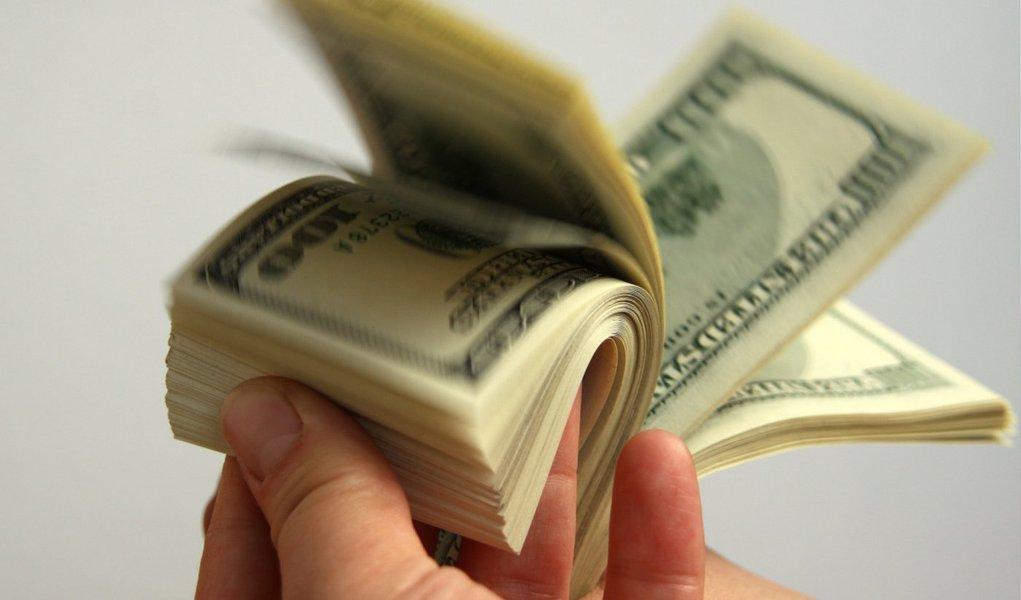 As saídas de dólares do país superaram as entradas em US$ 3,056 bilhões, em agosto, de acordo com dados do Banco Central. Esse foi o segundo mês com déficit no fluxo cambial