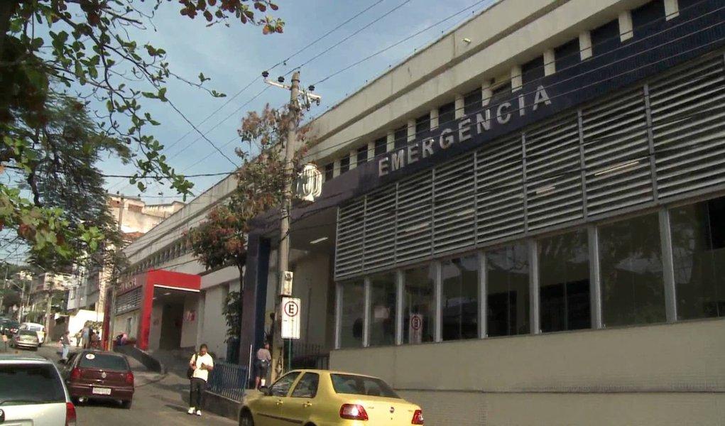 Um homem morreu após ter sido atingido por uma bala perdida no bairro da Penha, Zona Norte do Rio; Fernando Souza da Paula tinha 50 anos, e levou um tiro no momento em que aguardava um ônibus; segundo informações da polícia, a vítima foi atingida após uma discussão que acontecia em um supermercado em frente ao ponto; o tiro que atingiu Fernando teria sido disparado pela arma de um dos seguranças do supermercado, após briga com um grupo de adolescentes